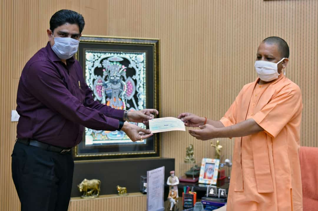 Vice Chancellor presenting cheque of Rs. 34,81,918 to Hon